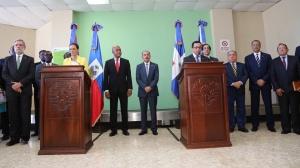 Los presidentes de la República Dominicana, Danilo Medina y de Haití, Michel Martelly, tras completar la reunión en Barahona